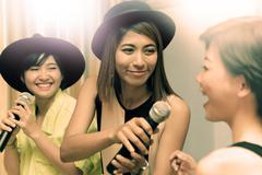 Portrait group of asian young woman singing a song in caraoke entertainment r Kuvituskuvat