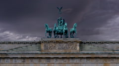 Brandenburg gate  zoom out on horse and chariot sculpture Stock Footage