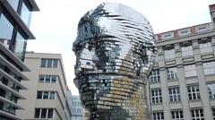 David Černý e Maxim Velčovský: statue that moves dedicated to Franz Kafka Stock Footage