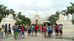Group of tourists at the Queen Victoria memorial in Kolkata. Stock Footage
