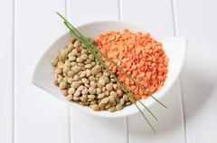 Raw red and brown lentils in a bowl Kuvituskuvat