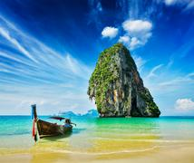 Tropical vacation holiday beach concept - Long tail boat on tropical beach, K Kuvituskuvat