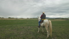 Senior cowboy on Horse - Push in - Rear quarter shot Stock Footage