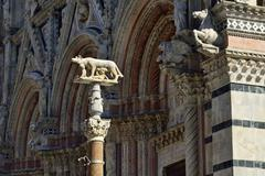 She wolf with Romulus and Remus in front of the Duomo of Siena Cattedrale di Stock Photos
