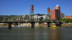 Hawthorne Bridge Over Willamette River in Portland, Oregon Kuvituskuvat