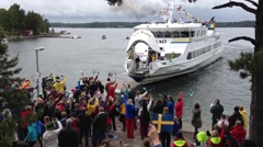 Ferry arrives to welcoming crowd on Ingmarsö  on midsummer day. Stock Footage
