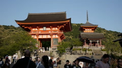 Entrance to Kiyomizu-dera atop the famous Higashiyama steps in Kyoto, Japan Stock Footage