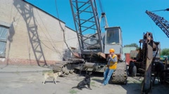 Pye-dog. Construction crane operator lunches with stray dogs Stock Footage