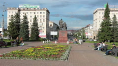 Theatre Square with the monument to the brothers Cherepanov is in Nizhny Tagil Stock Footage