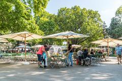 Tourists Having Lunch At Outdoor Restaurant In Vienna Kuvituskuvat
