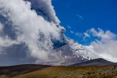 Active Cotopaxi volcano erupting Kuvituskuvat
