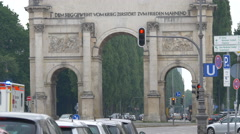 Waiting at the traffic light in front of the Siegestor, Munich Stock Footage