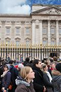 Tourists at Buckingham Palace Kuvituskuvat