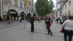 Man doing a magic trick in the city center of Munich Stock Footage