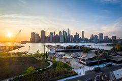 View of the Manhattan skyline at sunset, from Brooklyn Heights in Brooklyn, N Stock Photos