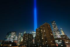 The Tribute in Light over buildings in Manhattan at night, in Lower Manhattan Stock Photos