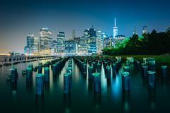 Pier pilings and the Manhattan skyline at night, seen from Brooklyn Bridge Pa Kuvituskuvat