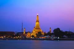 Wat Arun, The Temple of Dawn, at twilight, view across river. Bangkok, Thaila Stock Photos