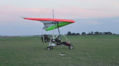 Hang glider on the airfield Arkistovideo