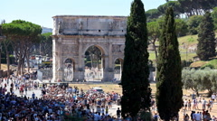 Croud of people near Arch of Constantine on Via di San Gregorio Stock Footage