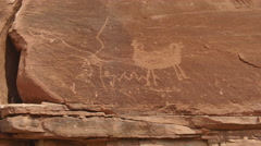Indian petroglyph drawings outside native american Stock Footage