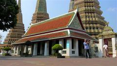 Tourist taking picture in Wat Pho in Bangkok. (Temple Of Reclining Buddha) Stock Footage