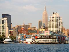 Piers and boats along Manhattan with the Empire State Building o Stock Photos