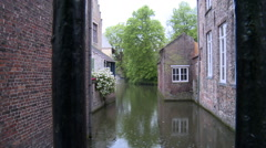 Canal separating houses in Bruges Stock Footage
