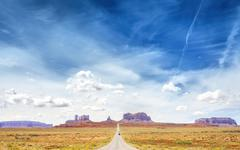 Country road to the Monument Valley, USA. Kuvituskuvat