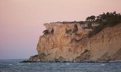 Limestone cliff next to the ocean Stock Photos