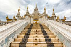 Entrance of the Shwe Nan Daw temple in Mandalay Stock Photos