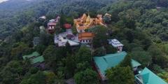 Back aerial sweep - doi suthep temple Stock Footage