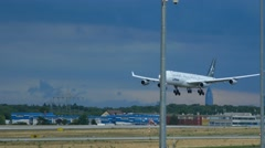 Lufthansa Airbus 340 D-AIFF, Star Alliance livery landing at 25R Stock Footage