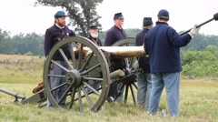 Union soldiers arming cannon with shell Battle of Gettysburg Stock Footage