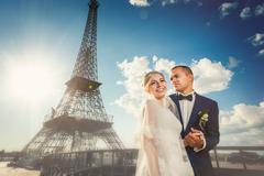 Couple on bridge in front of eiffel tower Stock Photos