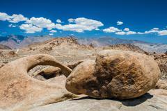 Rundbogen und Felsbrocken in den Alabama Hills, Sierra Nevada, Kalifornien, U Stock Photos
