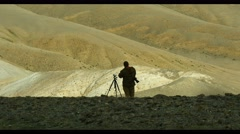 4K Stock Footage Photograpfer in Desert Mountains Stock Footage