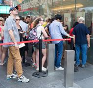 People at The TKTS booth on Times Square  buying tickets to Broa Kuvituskuvat