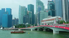 New Jubilee Bridge and Singapore river cruise boat with Downtown urban skylin Stock Footage