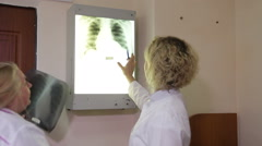 A doctor helps to read a picture of lungs to the interns. Stock Footage