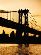 Silhouette of the Manhattan Bridge in New York at sunset Kuvituskuvat