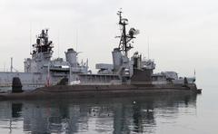 A Submarine and a Warship Kuvituskuvat