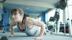 4K Woman working out at the gym and doing press ups Stock Footage