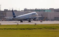 A Jetblue Airlines Embraer 190 aircraft landing Stock Photos