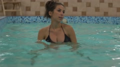 Pregnant woman kickouts in aquafit class Stock Footage