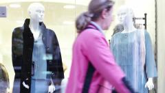 White mannequins behind glass clothing store Stock Footage
