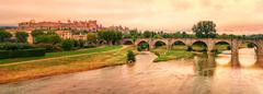 Sunset over the fortified city of Carcassonne and the Pont Vieux crossing the Stock Photos