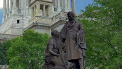 Bronze statue in front of Illinois statehouse Stock Footage