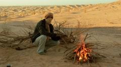 Sahara man near a fire Stock Footage