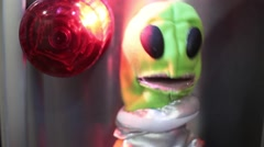Cheesy alien puppet et funny low budget scifi Stock Footage